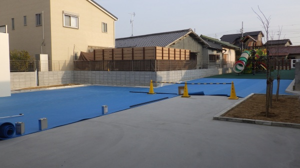 保育園への人工芝敷設工事 作業中