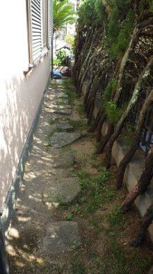 天然石のグラついていた飛び石