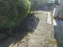 作業前のデコボコの庭