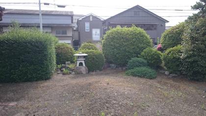 生垣など剪定前の庭